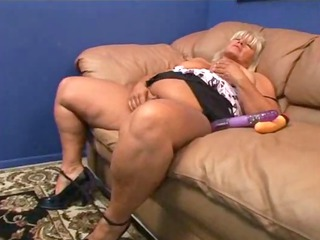 chubby cougar pale masturbes her hairy cave